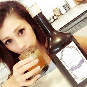 ダレノガレ明美がコンブッカを飲んでる